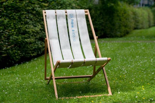 DIEVERS  Liegstuhl aus witterungsbeständigem Holz mit Sitzfläche aus Feuerwehrschlauch BY ALEXANDER LIPPERT