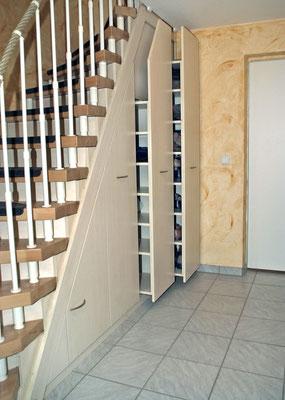 Regale unter Treppe
