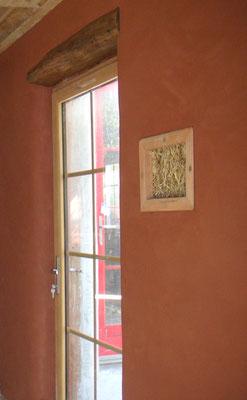 Enduit terre rouge et fenêtre de vérité maison paille