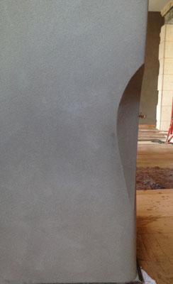 Angle de mur en pierre, rénovation enduit terre blanche