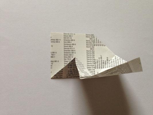 Das Papier den Falten nach zusammenlegen, dabei die Seite eindrücken