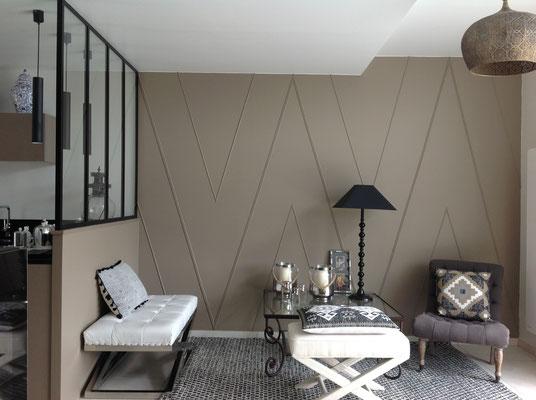 Une entrée avec un jeu de baguettes de la couleur du mur.