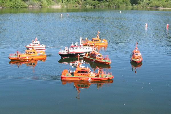 """Unsere Lotsenbootflotte mit einem """"Fremdling"""" in der Mitte."""