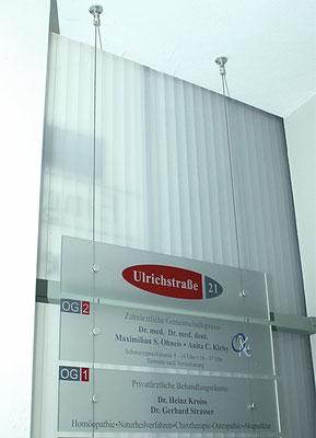 Plexiglasschilder mit Stahlseilbefestigung