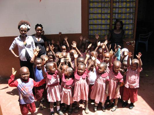 Unsere Schulkinder mit ihen Lehrer der  *Moyo Wangu Junior Academy*