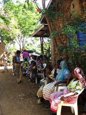 Eltern mit ihren Kindern in Msumarini/Kenya
