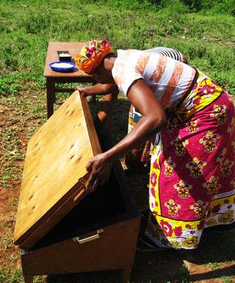 Unser Frauenteam beim Solarkochen