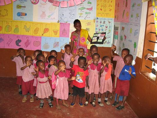 Unsere Schulkinder der  *Moyo Wangu Junior Academy* Klasse  1