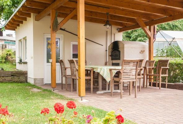 Unser Backhaus mit Holzbackofen