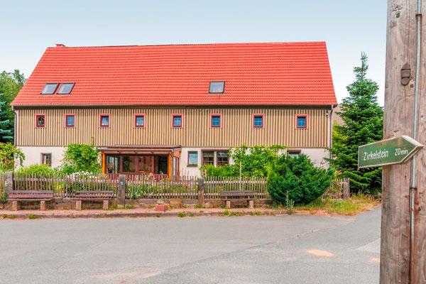 Ferienhof Wacker - Hauptgebäude vom Schönaer Dorfplatz aus gesehen