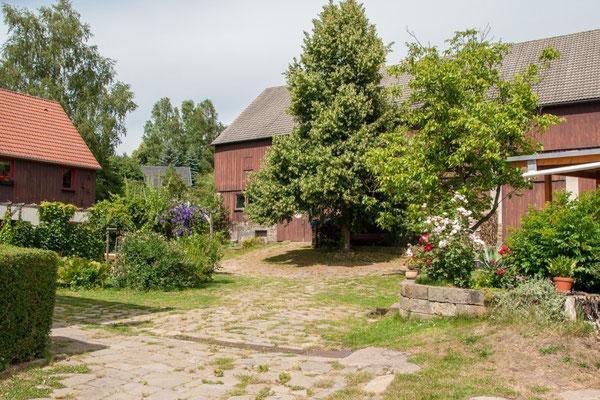 Blick in unseren Hof mit der Scheune im Hintergrund