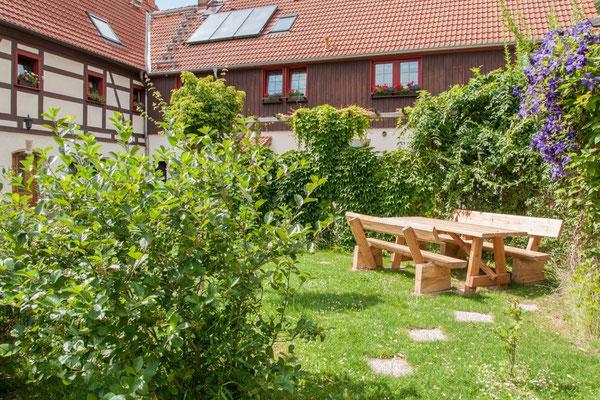Reiterhof Wacker - Sitzgelegenheit für unsere Gäste in der Mitte des Hofes