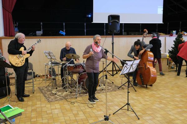 Un groupe de musiciens chanteurs a assuré l'ambiance musicale : super !