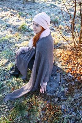 """Das Model trägt Mütze """"Valeska"""" weit und Stulpen """"Thea"""" in Merinowolle zartrosa, Schal """"Mona"""" und Tuch """"Thea"""" groß in Mohair Seide zartrosa und taupe grau"""