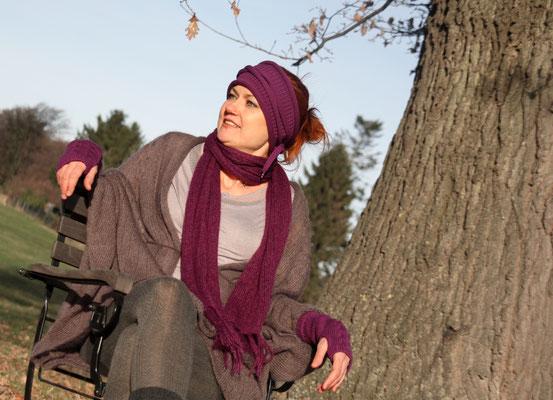 """Das Model trägt Stirnband """"Liana"""" und Stulpen """"Zoe"""" in Merinowolle lila, Schal """"Mona"""" und Jacke """"Fara"""" in Mohair Seide lila und taupe grau"""