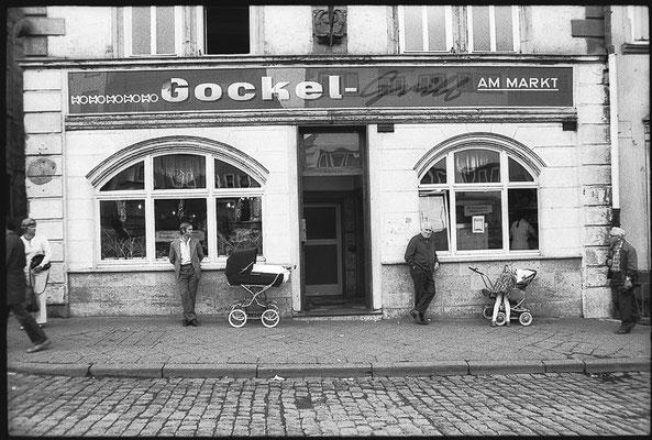 """Hauptmarkt Gotha """"Gockel Grill"""" DDR 1982 / Quelle: http://www.deutschefotothek.de"""