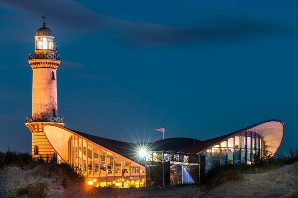 Warnemünde - Leuchtturm und Teepott bei Nacht in Warnemünde