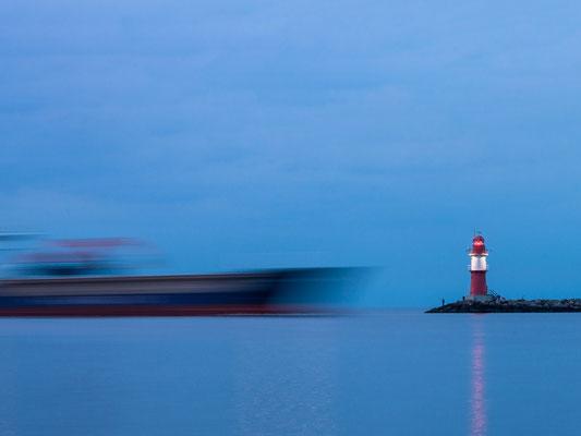 Warnemünde - Molenfeuer mit Schiff an der Westmohle in Warnemünde