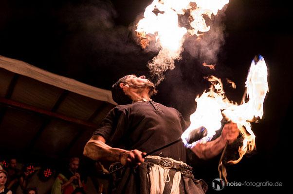 Feuerschlucker & Gaukler beim mittelalterlichen Treiben beim Gothardusfest 2016 auf dem Gothaer Buttermarkt