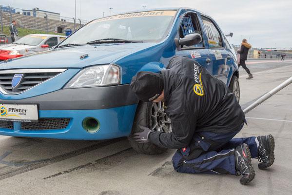 Mirek Göbel, Mechaniker des Pfister-Racing Teams überprüft den blauen Logan mit der Startnummer 211