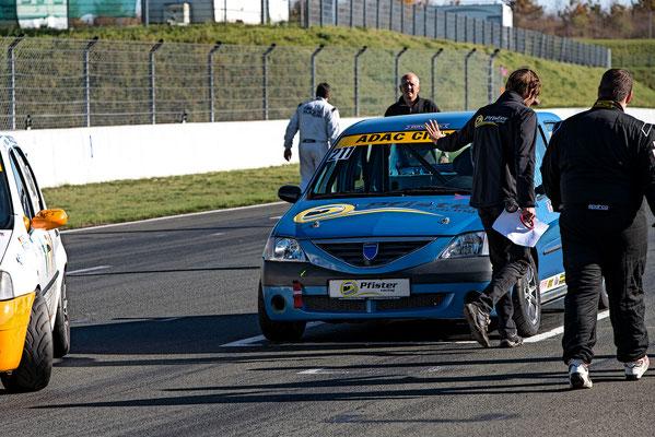 Andreas Pfister leitet Dennis Bröker in die Startaufstellung des ADAC Dacia Logan Cup