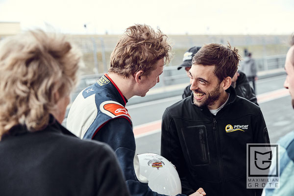 Andreas Pfister, Serienorganisator des Chevrolet Cruze Eurocup und Teamchef von Pfister - Racing,  gratuliert Dennis Bröker
