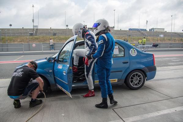Dennis Bröker tauscht mit Lucian Aron im ADAC Logan Cup den Fahrerplatz