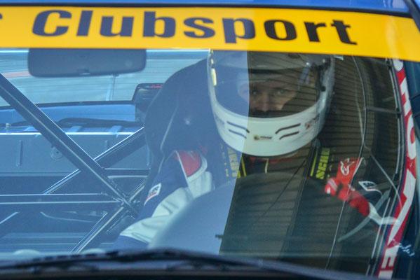 Dennis Bröker fokussiert, während an dem Wagen fieberhaft gearbeitet wird.