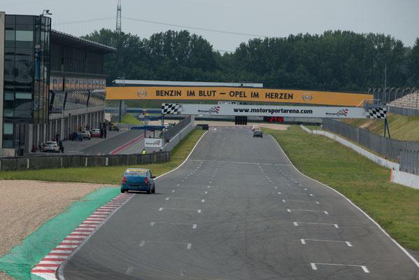 Start / Zielgerade Motorsportarena Oschersleben Pfister Racing mit Dennis Bröker / Lucian Aron