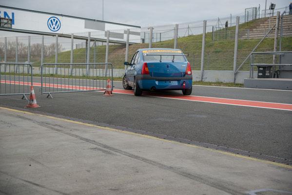 Nach großartigem Teamwork greift Dennis Bröker mit 3 Runden Rückstand in das Rennen ein...