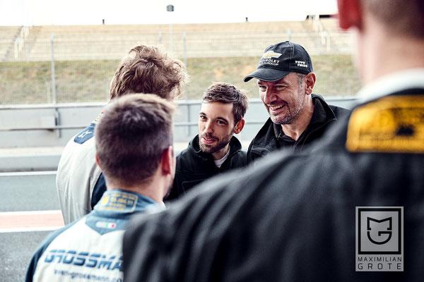 Rennmechaniker Božo Erak gratuliert ebenfalls den Rennfahrer Dennis Bröker aus Bad Salzuflen zu seiner erfolgreichen Debütsaison im Chevrolet Cruze Eurocup 2019