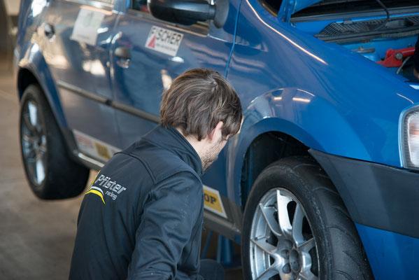 Teamchef Andreas Pfister unterstützt die Mechaniker um das Auto schnell ins Rennen schicken zu können.