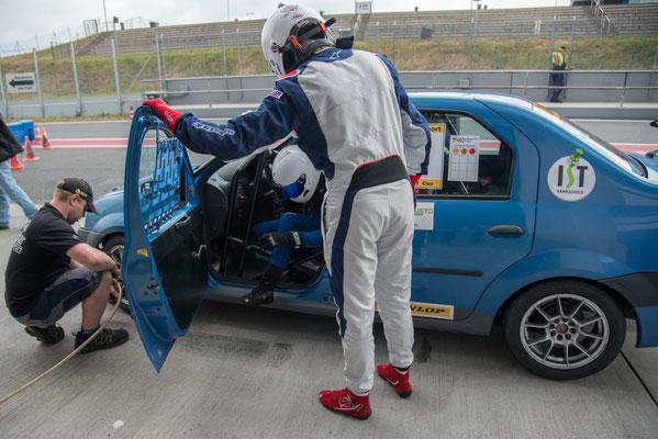 Fahrerwechsel Lucian Aron / Dennis Bröker ADAC Logan Cup