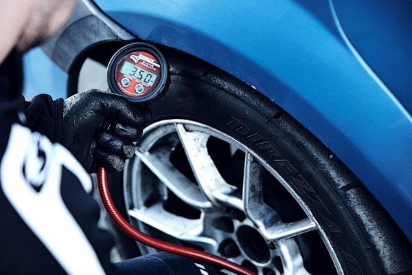 Luftdruck nachjustieren im ADAC Dacia Logan Cup für optimales Handling