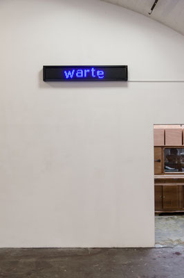 Beate Gärtner | warte | 2016 | led panel | moving message | 24x174x9 cm | Foto@Matthias Weber