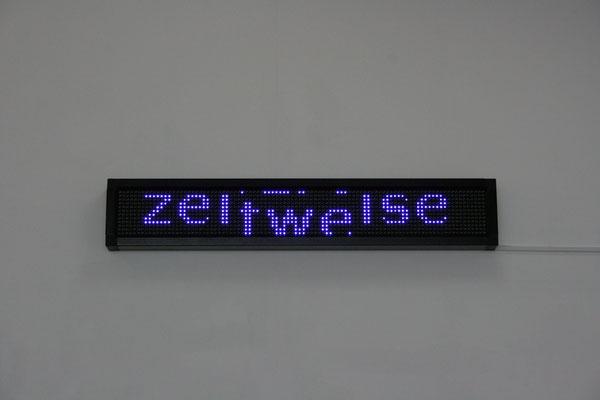 Beate Gärtner | warte | LED Panel | Laufschrift Loop | 24x174x9cm