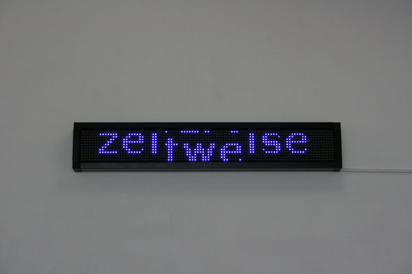Beate Gärtner | warte | 2016 | led panel | moving message | 24x174x9 cm