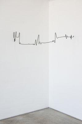 Beate Gärtner | Raum-Herzschlag,  | 2014 | Stahl | 25x100x55cm | Foto@Matthias Weber
