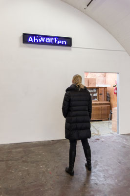 Beate Gärtner | warte | LED Panel | Laufschrift Loop | 24x174x9cm | Foto@Matthias Weber