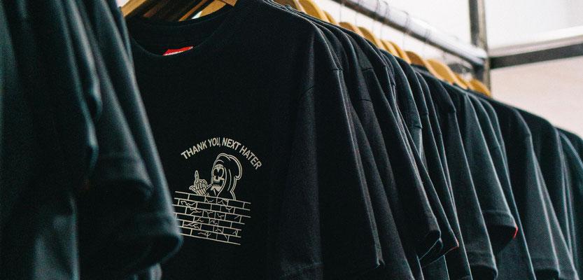 Feld Textil mit DTF Textildruck digital - Transferdruck digital und Stick individual - www.krawatten-tuecher-schals-werbetextilien.de - Textilveredlung und Corporate Fashion der nächsten Generation. Zeig Deine Meinung
