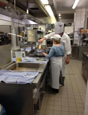 Der Chefkoch erklärt geduldig
