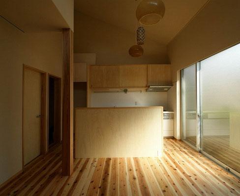 正面の家具の前にダイニングテーブル配置