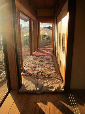 冬の長い地域なので、縁側はその時期のサンルーム。私の布団を干して下さっていました。