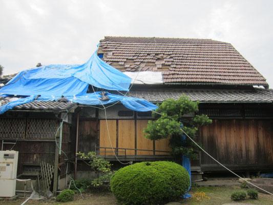 写真左側、強い南風により屋根が飛ばされる