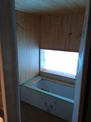 浴室。内装材は敷地内に生えていた桧を板材に。