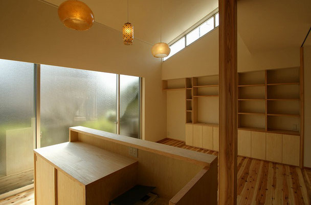 手前:台所用家電棚、奥:壁面収納