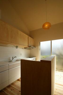 台所。調理台のバックは家電棚