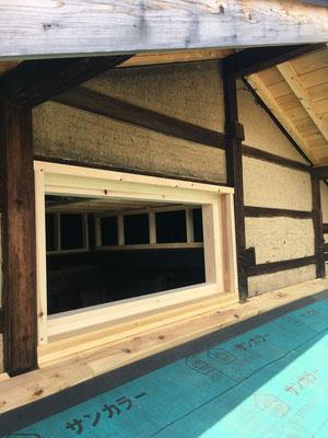 既築無双窓は雨仕舞が悪く、残念ながら、撤去。木窓を新設下さいました。