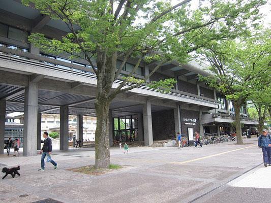 通りから内部の広場が覗けるよう設計されています。