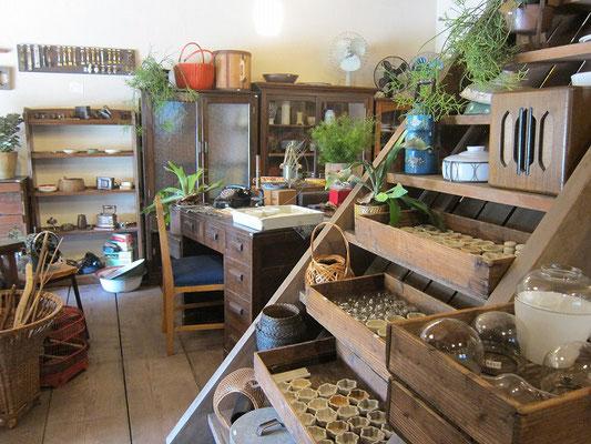 店内は古道具と古材・古建具も扱われています。